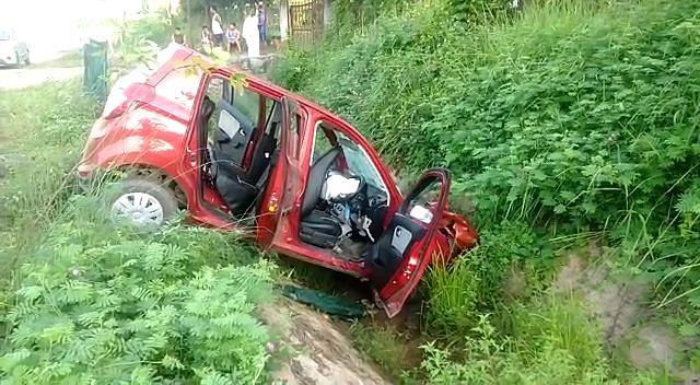 सड़क दुर्घटना में एक व्यक्ति की मौत, दो घायल