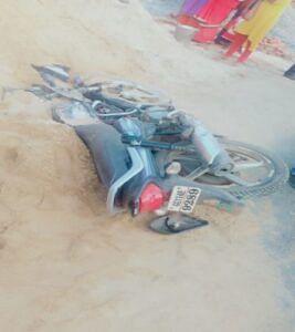अनियंत्रित हाइवा ने मोटरसाइकिल सवार को कुचला, पिता पुत्र की मौके पर ही मौत पत्नी की हालत गंभीर