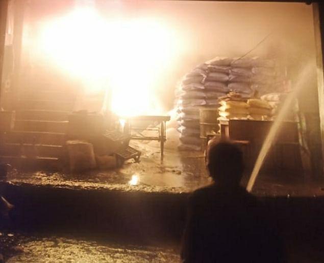 किराना दुकान के गोदाम में भीषण आग