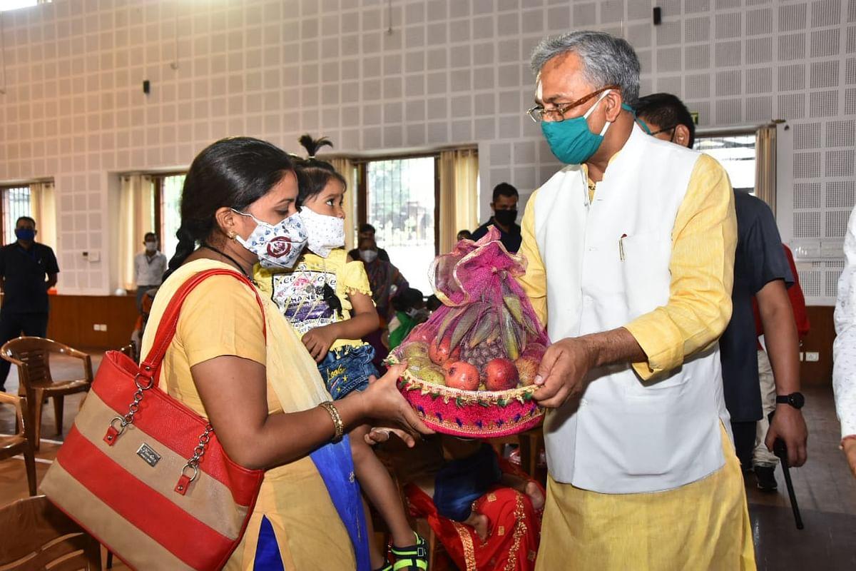 मुख्यमंत्री ने गोद अभियान में कुपोषण मुक्त हुए बच्चों के अभिभावकों को सम्मानित किया