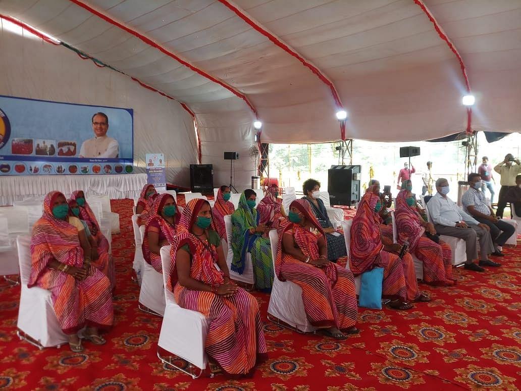 सीएम शिवराज ने की शिवपुरी की समूह की महिलाओं से बात