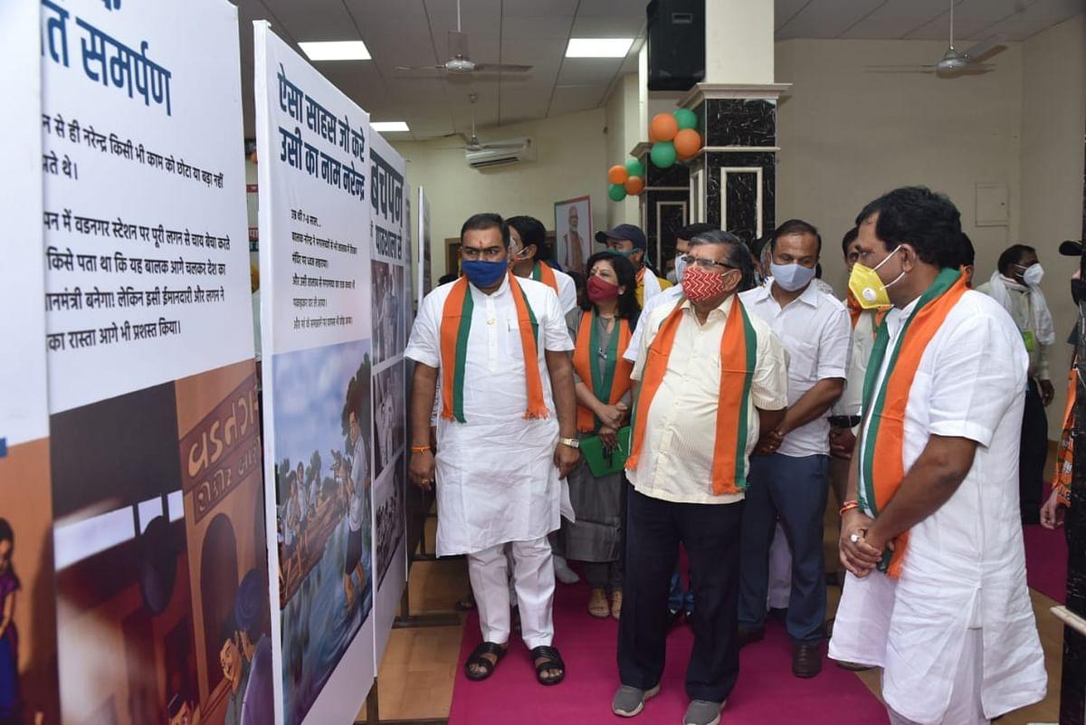 भाजपा प्रदेश कार्यालय में प्रधानमंत्री नरेन्द्र मोदी के जन्मदिवस पर लगी प्रदर्शनी