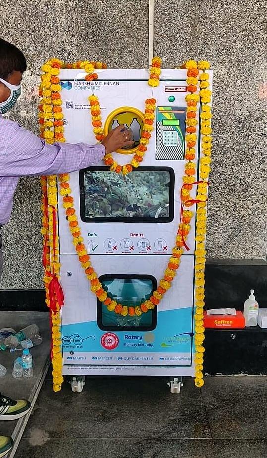 मध्य  रेल : पुणे स्टेशन पर प्लास्टिक बोतल क्रशिंग मशीन स्थापित