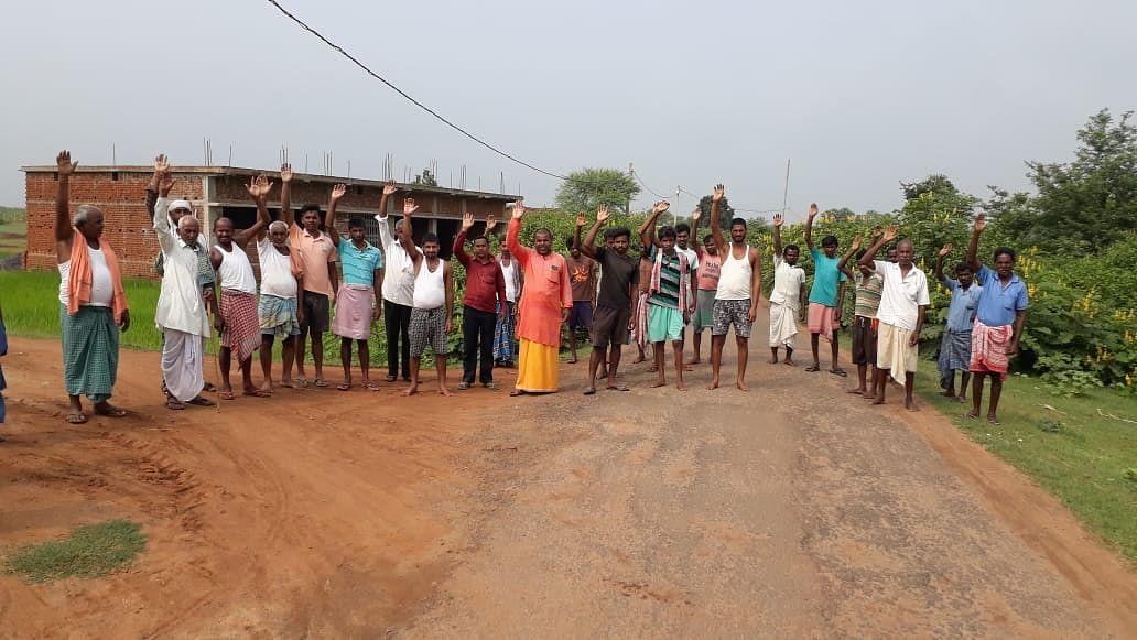 सड़क निर्माण की मांग को लेकर ग्रामीणों ने किया विरोध प्रदर्शन