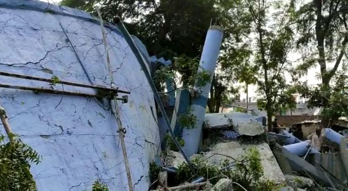 शिवपुरी के कोलारस में पानी की टंकी भरभरा कर गिरी
