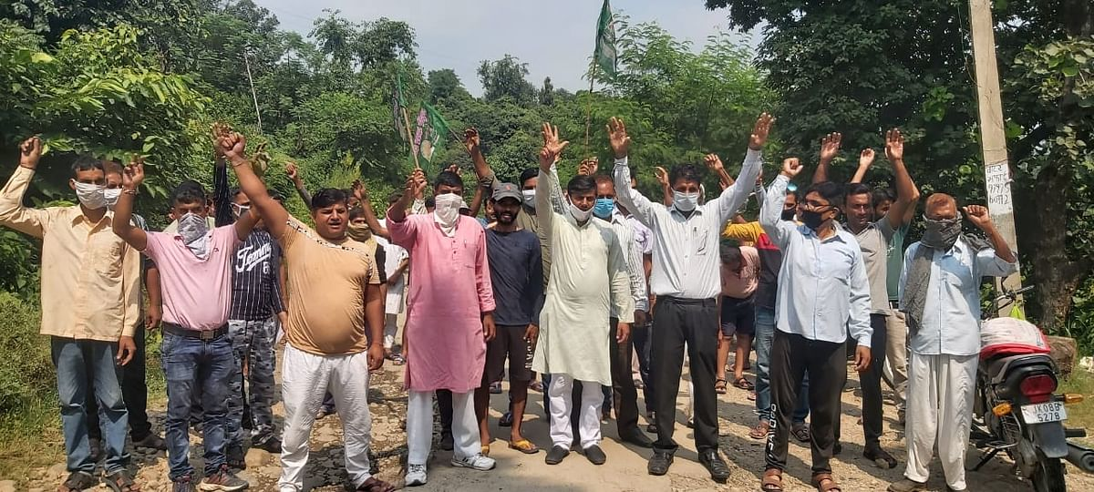 सड़क की खस्ता हालत को लेकर मेहताबपुर के गांववासियों ने किया प्रदर्शन