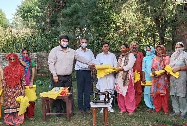 सहारा जागर्ती मंच संस्था द्वारा मेहताबपुर में सिलाई केन्द्र खोला गया