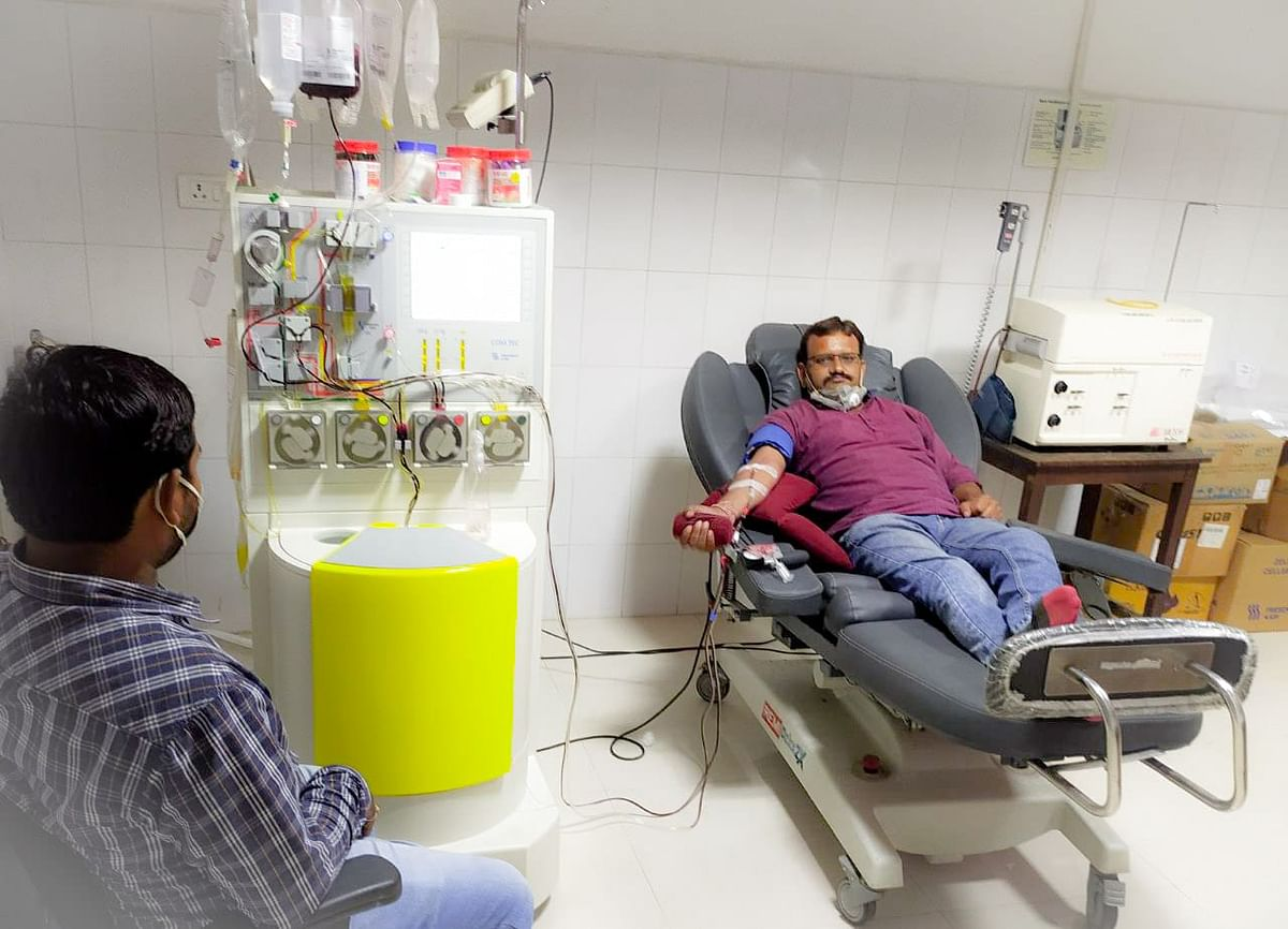 कोरोना संक्रमित मरीज को बचाने के लिये युवक ने प्लाज्मा किया दान