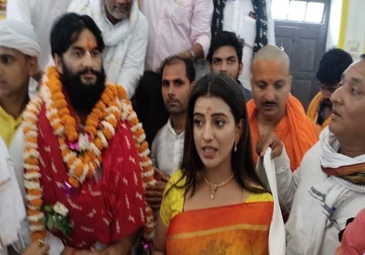 भोजपुरी एक्ट्रेस अक्षरा सिंह ने रामलला के दरबार में टेका मत्था
