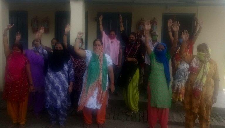 डेढ़ माह से नहीं मिला पानी, महिलाओं का प्रदर्शन
