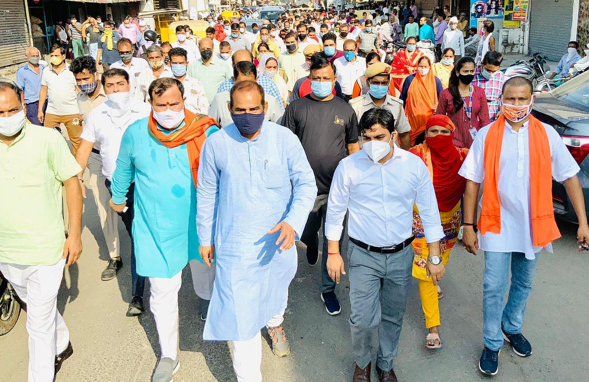 सांसद बिधूड़ी ने जैतपुर और हरिनगर के सफाई अधिकारियों के साथ किया क्षेत्र का दौरा