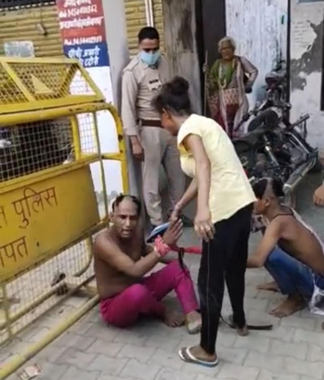पुलिस के सामने फर्जी किन्नरों का मुंडन कर चप्पलों से पीटा