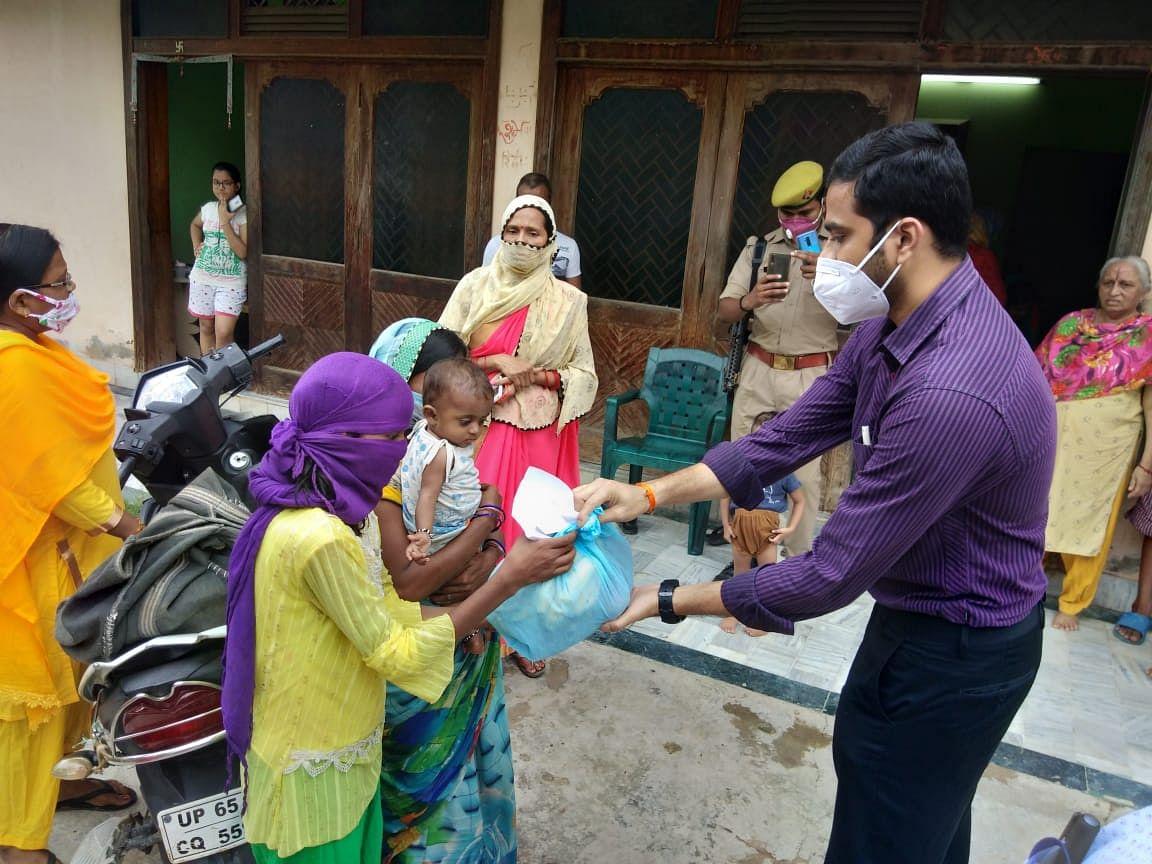 मुख्य विकास अधिकारी ने गोद लिए कुपोषित बच्चों को दी 'पोषण पोटली'