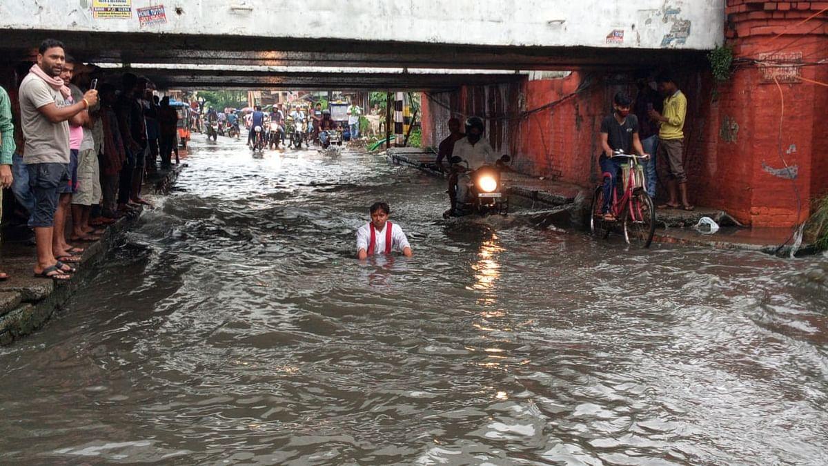 जलजमाव की समस्या पर युवक ने पानी में बैठकर दिया धरना
