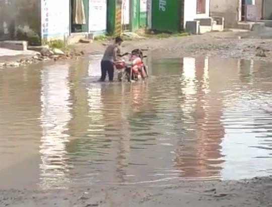 रानीपुर विस क्षेत्र में सड़कों की दुर्दशा से जनता परेशान