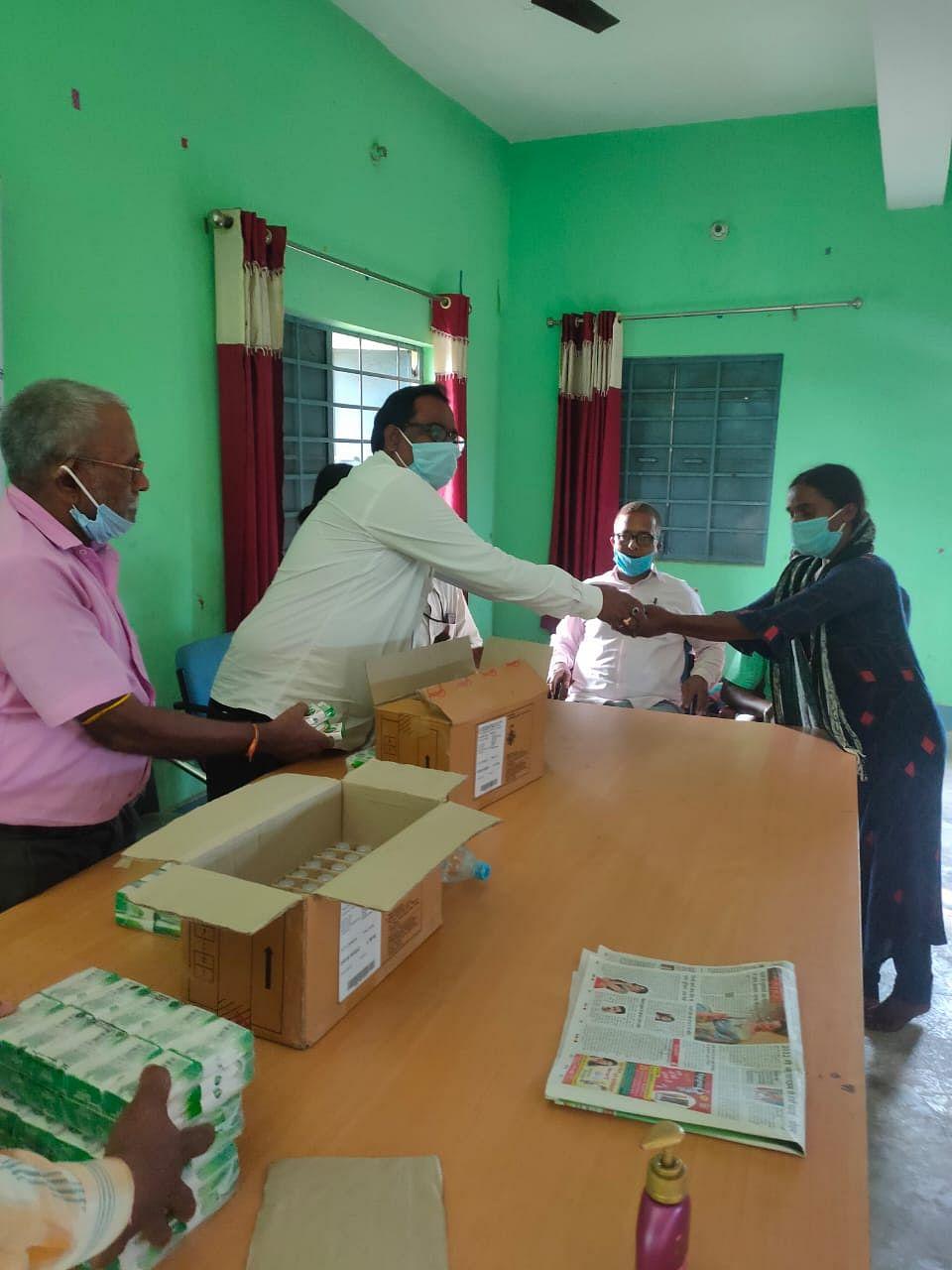 एफसीआईएल सिंदरी ने कोरोना से बचाव की सामग्री का वितरण किया