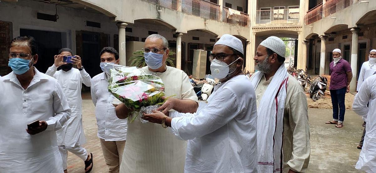 बिजली के फ्लैट रेट बहाली होने से गदगद बुनकरों ने भाजपा एमएलसी को सम्मानित किया