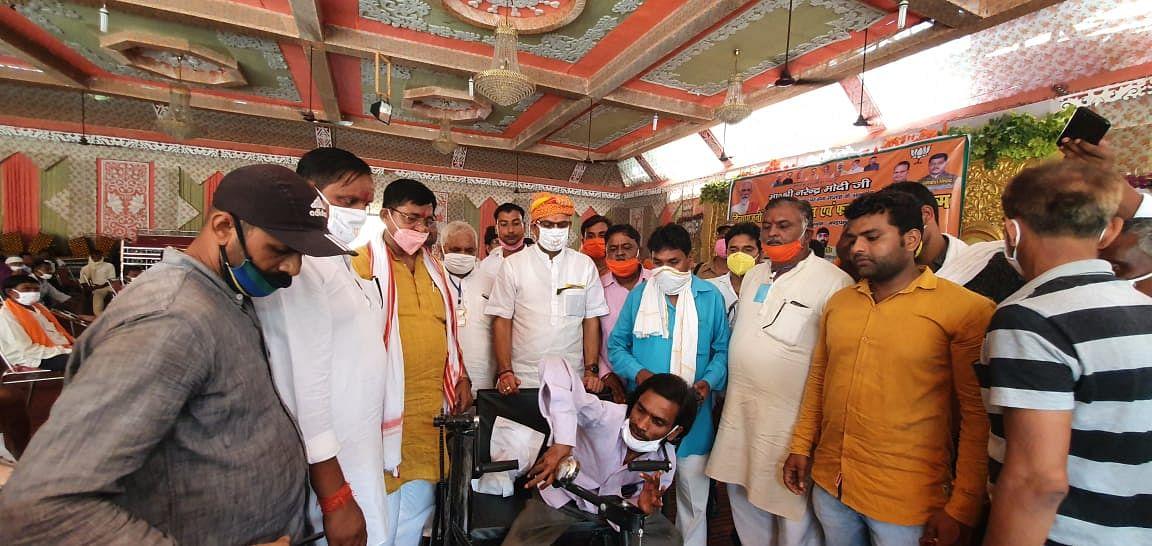 नरेंद्र मोदी के जन्मदिन पर 70 दिव्यांगों को कृत्रिम अंग एवं अन्य उपकरण वितरित