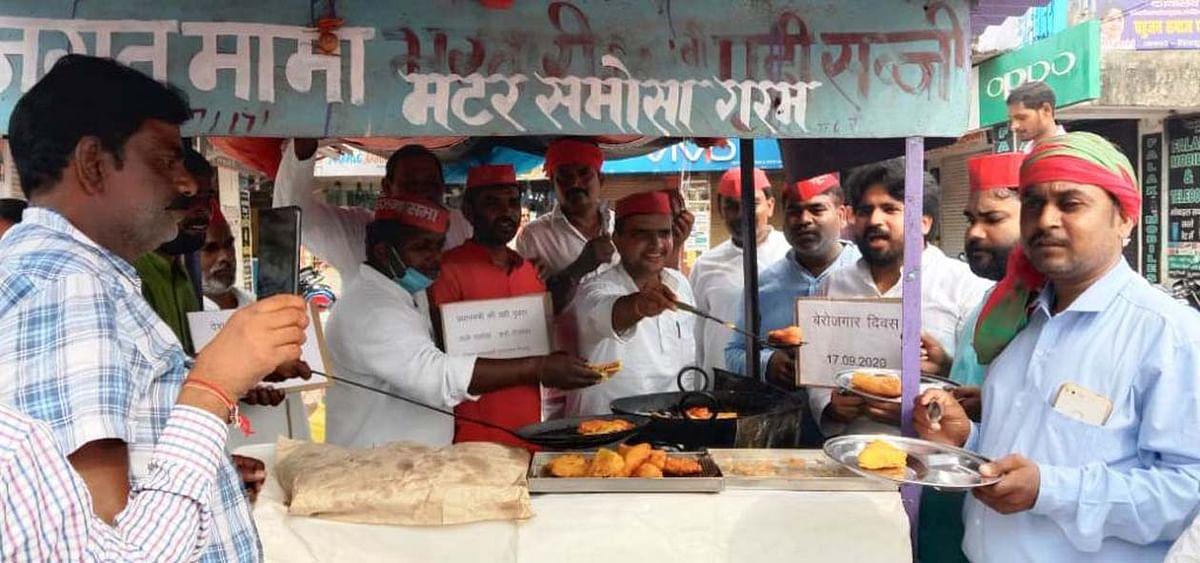 सपाइयों ने बेरोजगार दिवस के रुप में मनाया पीएम मोदी का जन्मदिन