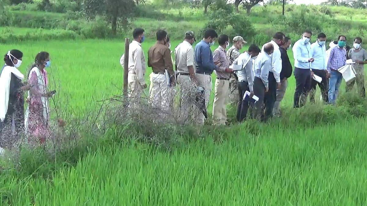 गिरदावरी : राजस्व विभाग के वरिष्ठ अधिकारी उतरे खेतों में