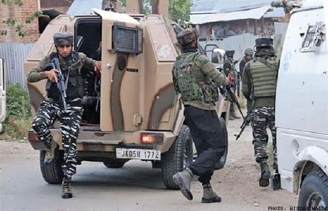 बटमालू में तीन आतंकी ढेर, सीआरपीएफ के एक अधिकारी सहित दो जवान घायल