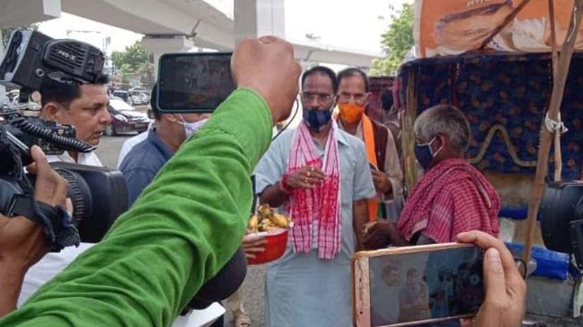 मोदी के जन्मदिन पर वृक्षारोपण, भाजपा नेताओं ने गरीबों के बीच फल-मास्क किया वितरित