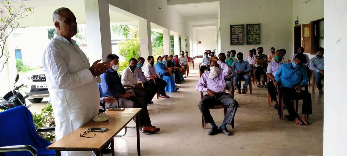 रवि महतो स्मारक उच्च विद्यालय में मनाया गया शिक्षक दिवस