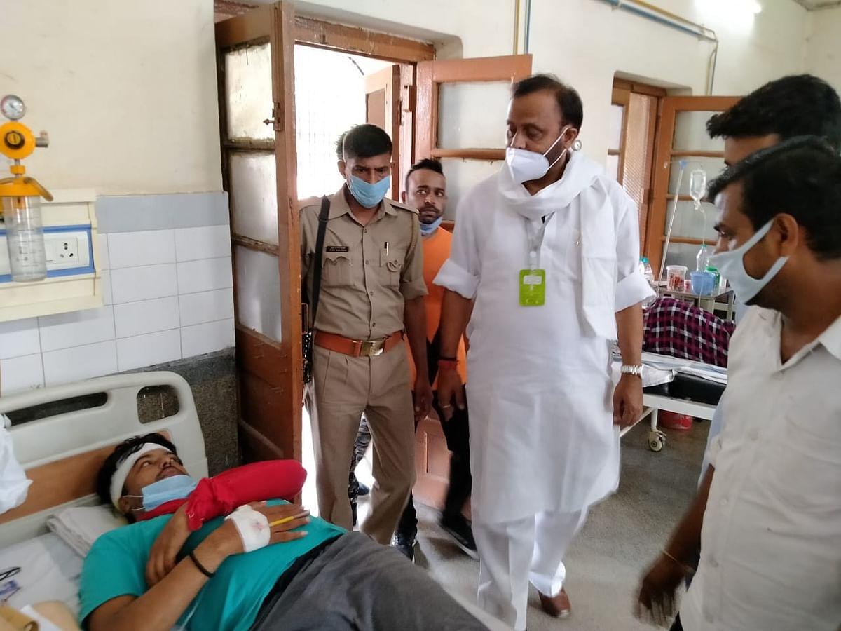 वाराणसी : लाठीचार्ज में घायल कार्यकर्ताओं का हाल जानने मंडलीय अस्पताल पहुंचे सपा नेता