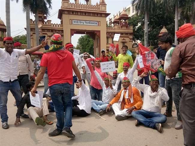 बेरोजगारी के खिलाफ सपा कार्यकर्ताओं ने निकाली पदयात्रा, रोकने पर हुए नाराज