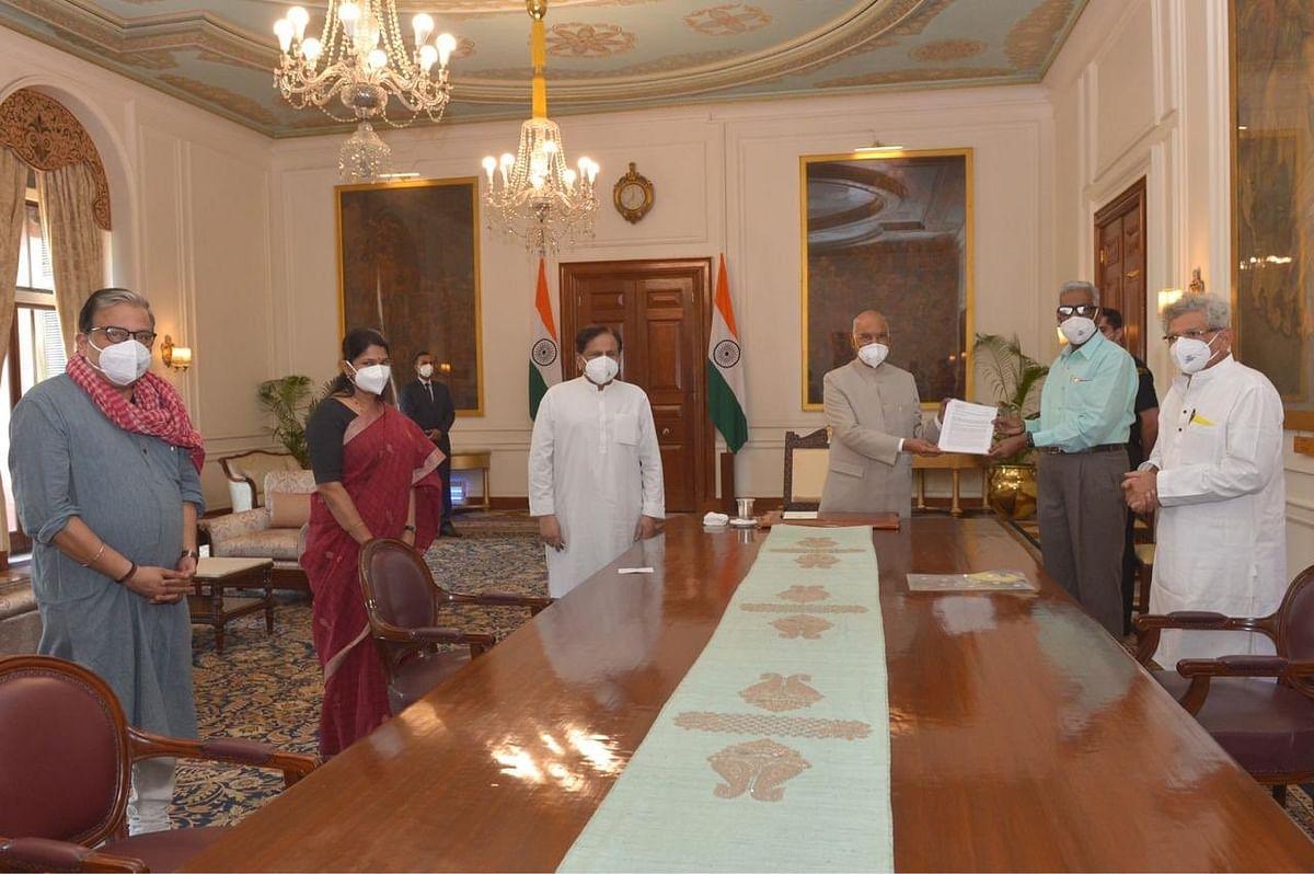 दिल्ली दंगों के मामले में राष्ट्रपति से मिले विपक्षी दलों के नेता