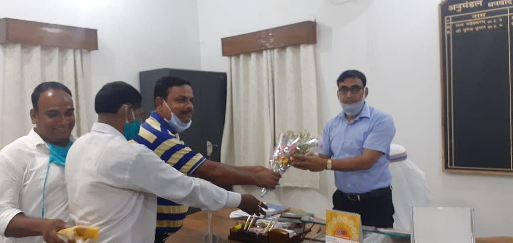 झामुमो प्रतिनिधिमंडल ने एसडीओ सुरेंद्र कुमार से मुलाकात की