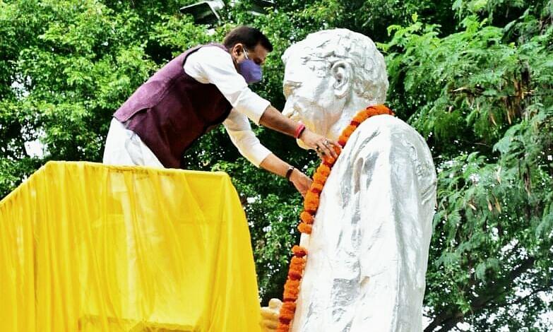 डीडीयू पार्क में दीनदयाल उपाध्याय की मूर्ति पर जलशक्ति मंत्री ने किया माल्यार्पण