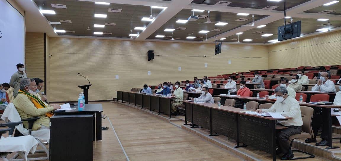 चिकित्सा शिक्षा मंत्री सुरेश खन्ना ने की मेडिकल काॅलेजों व संस्थानों में चल रहे निर्माण कार्यों की समीक्षा