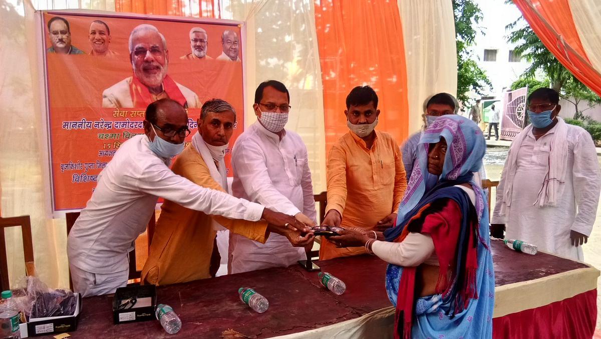 प्रधानमंत्री के 70वें जन्मदिवस के सेवा सप्ताह में राज्यमंत्री ने गरीबों को बांटे मुफ्त चश्में