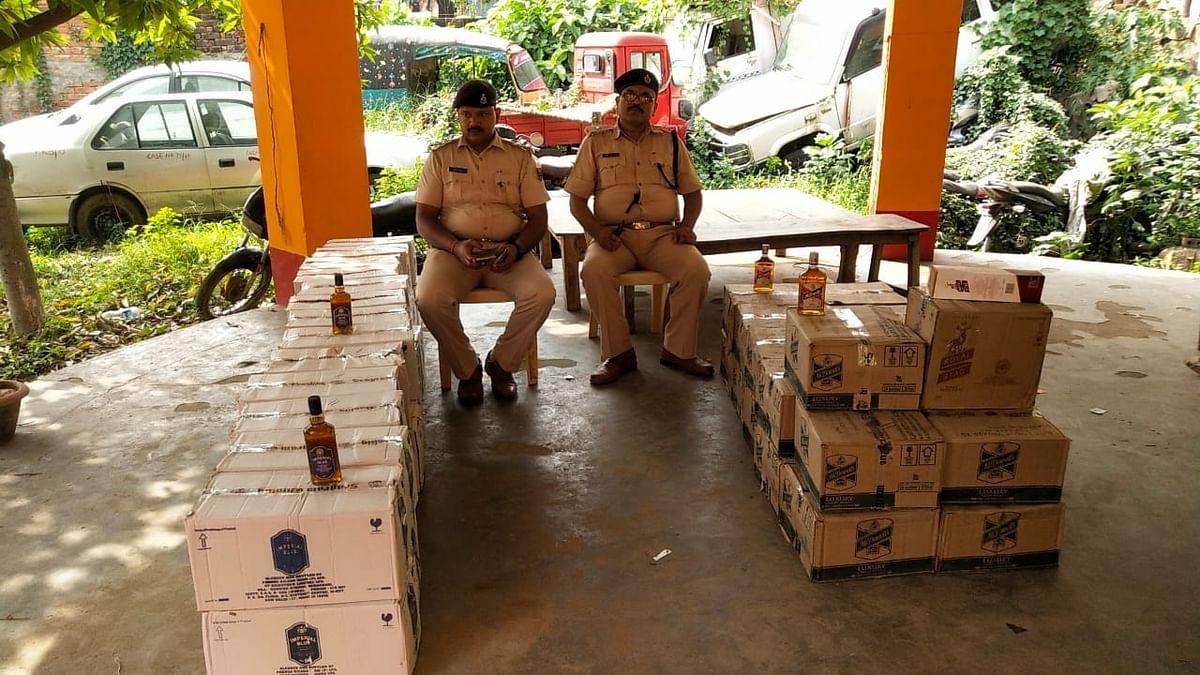 भारी मात्रा में विदेशी शराब के साथ दो गिरफ्तार, टाटा मैजिक जब्त