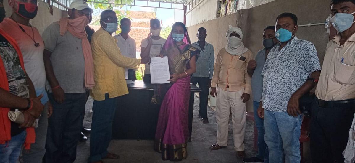 ट्रैक्टर एसोसिएशन ने किया हड़ताल का ऐलान, सीएम के नाम का ज्ञापन विधायक को सौंपा