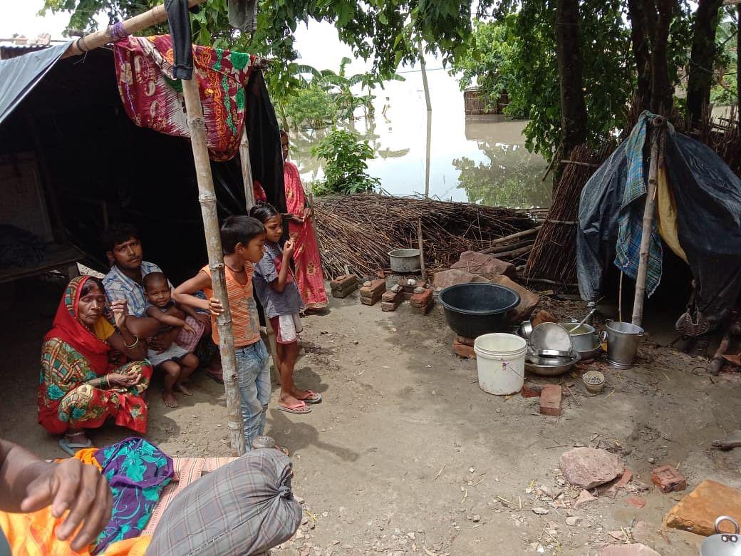 नेपाल के पानी छोड़ने से कुशीनगर में संवेदनशील हुई स्थिति, बांध पर लोगों ने ली शरण