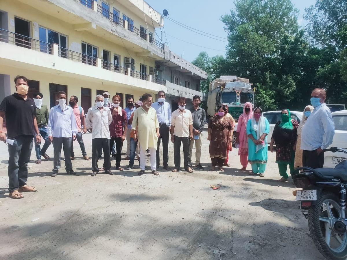 बरवाल के युवाओं के साथ पुलिस द्वारा अभद्र व्यवहार किए जाने को लेकर स्थानीय लोगों का शिष्टमंडल एएसपी से मिला