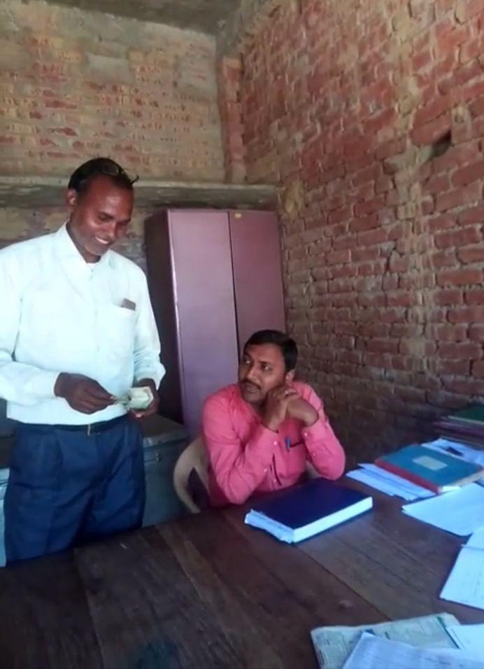 सुविधा शुल्क लेने पर ग्राम विकास अधिकारी व सफाई कर्मी निलंबित
