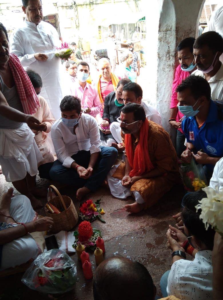 गोड्डा सांसद पहुंचे बाबा मंदिर किया स्पर्श पूजा