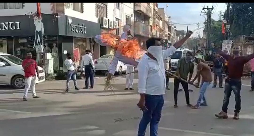 ग्रामीणों के हत्या के विरोध में नक्सलवाद का किया गया पुतला दहन