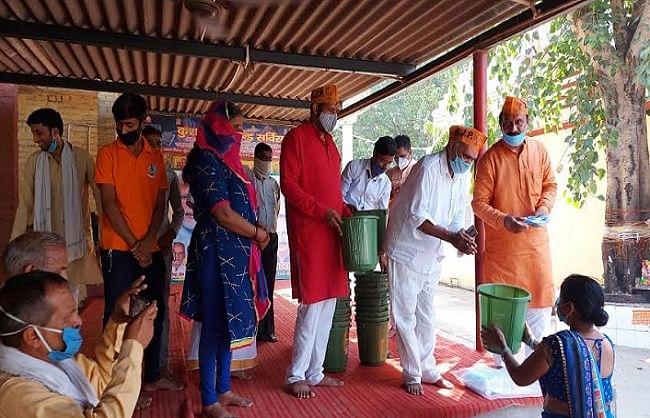 प्रधानमंत्री मोदी के जन्मदिवस पर लोगों को वितरित किए डस्टबिन
