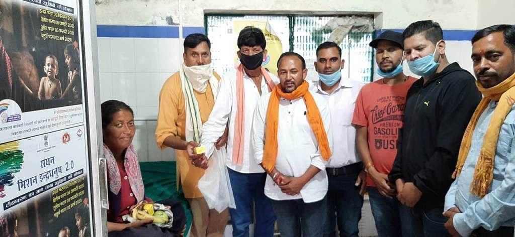 प्रधानमंत्री मोदी के जन्मदिन पर मरीजों और साधु-संतों को बांटे जूस और फल