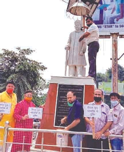 भाजपा ने मालवीय की प्रतिमा की सफाई की