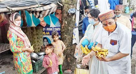 प्रधानमंत्री के जन्मदिन पर भाजपा ने विभिन्न स्थानों पर बांटे फल