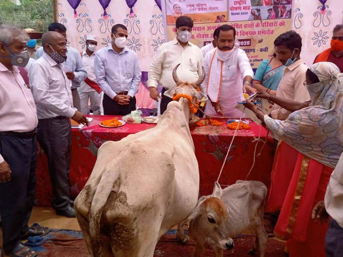 कुपोषित बच्चों को पोषित करने को दिया दुधारु गाय