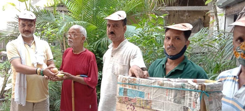 मोदी के जन्मदिन पर बुजुर्गों को किए फल वितरित