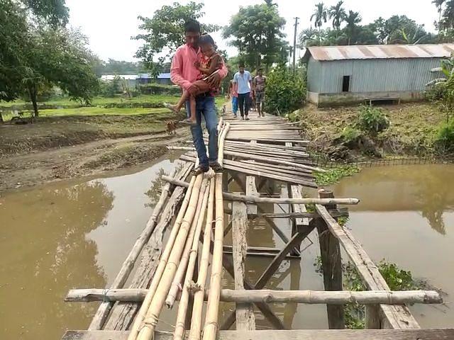जर्जर पुल से आवाजाही करने को मजबूर ग्रामीण