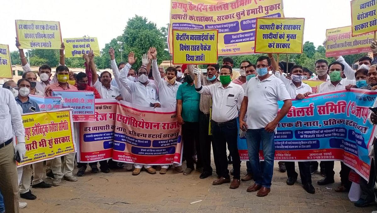 जयपुर के तीस हजार व्यापारियों की ओर से मुख्यमंत्री के नाम कलेक्टर को दिया ज्ञापन