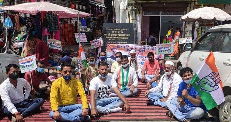बेरोजगारों को रोजगार देने की मांग को लेकर कांग्रेस कार्यकर्ताओं ने दिया धरना।